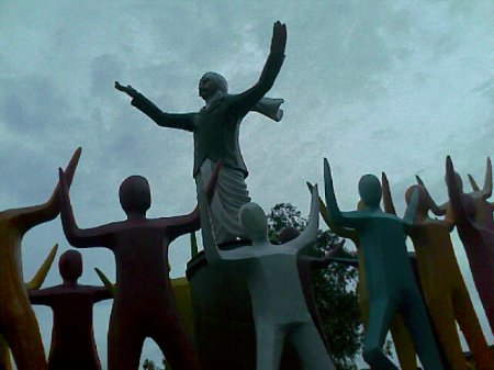 Iniyavai Narpadhu 25 - Bharathiar statue photo